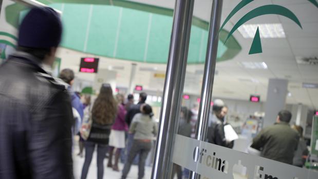 Andaluc a lidera en diciembre la bajada del paro for Oficina de empleo huelva