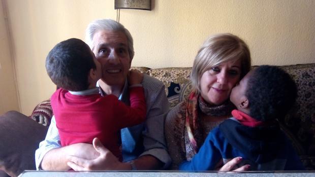 Los Chamorro Vidal, en el salón de su casa con dos menores acogidos