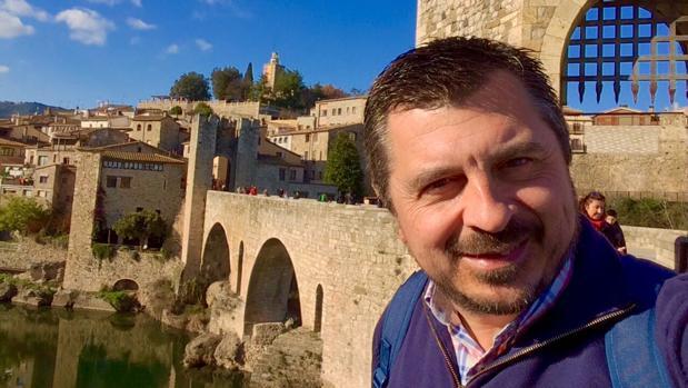 Toni Martín en una autofoto en la ciudad medieval de Besalú, en Gerona