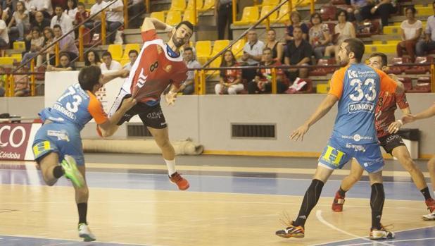 El Cajasur Córdoba y el Zumosol ARS Palma del Río, en un partido de balonmano