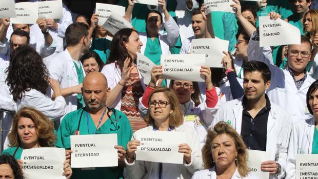 Concentración convocada por evEntuales del SAS ante el Hospital Virgen Macarena