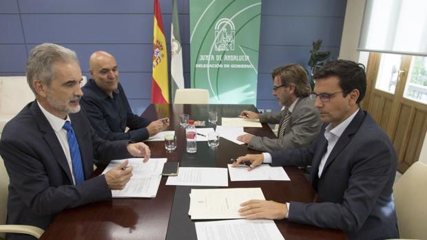 Martín Blanco, segundo por la izquierda al fondo, junto con el consejero de Salud