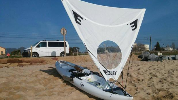 Imagen de un kayak convertido en velero gracia a la vela Eola, diseñada por el cordobés Leónidas Gómez