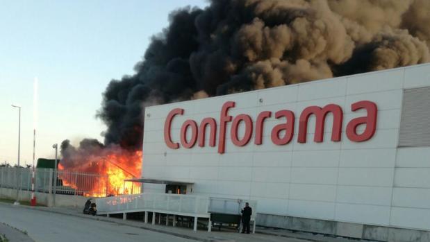 Un aparatoso incendio obliga a desalojar un almac n de for Conforama valencia