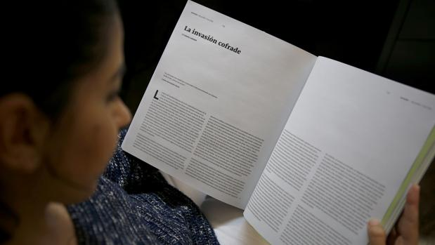 Una joven lee un artículo de la revista «17»