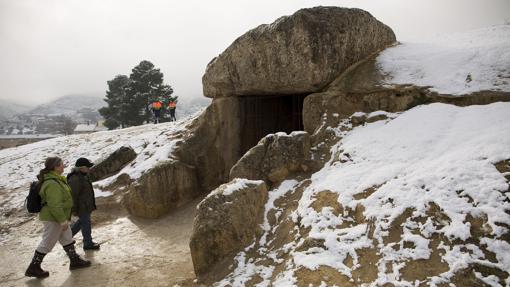 Dolmen de Menga con las últimas nevadas