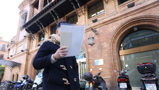 Francisco, afectado por el impuesto de sucesiones, ante la sede de la Consejería de Hacienda