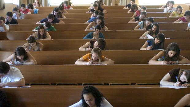 Estudiantes durante un examen en una facultad de la Universidad de Granada