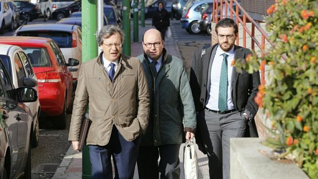 Rafael Navas, acompañado de sus abogados a la entrada a los juzgados