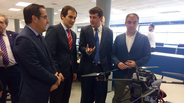 José Antonio Nieto, junto al consejero delegado de la empresa Aeorum, especializada en drones