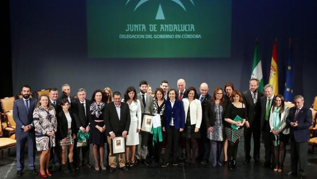 Foto de familia de los premiados por la Junta en Córdoba en 2016 con motivo del Día de Andalucía