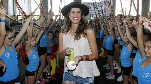 La gimnasta cordobesa Lourdes Mohedano, recibiendo el homenaje de su pueblo