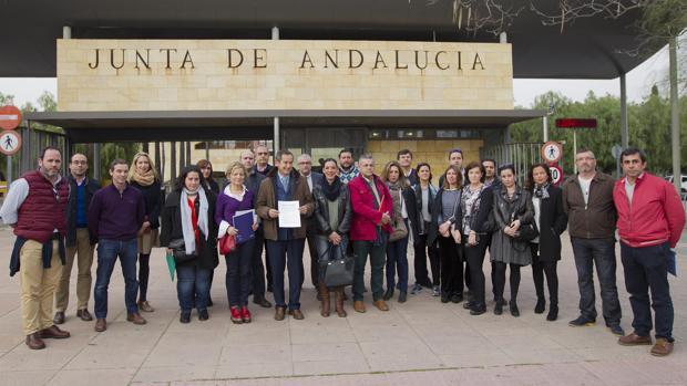 Representantes de las Asociaciones durante la entrega del escrito en la Consejería de Educación