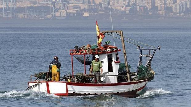 Barco de pescadores en alta mar
