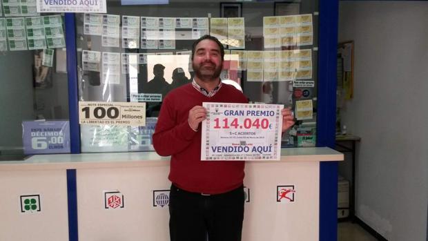 El lotero que selló el boleto ganador muestra el cartel de otro premio dado en su administración de Palma del Río