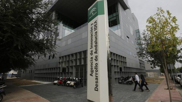 Fachada del edificio principal de la Agencia IDEA, en la Cartuja de la capital hispalense