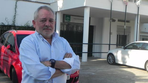 Andrés Ocaña posa frente al colegio donde impartió clases tras dejar la actividad política