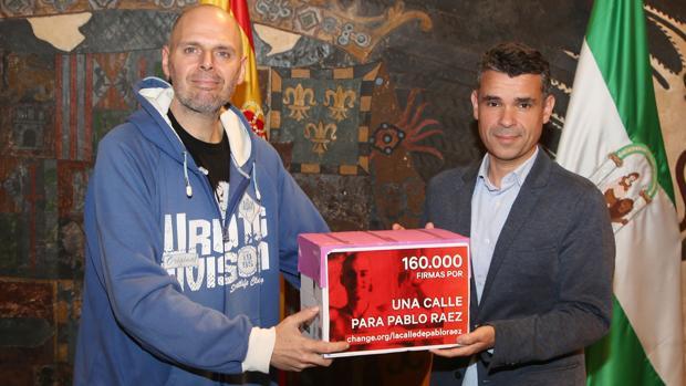 El joven veleño que ha recopilado firmas, junto al alcalde de Marbella