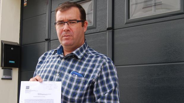 Juan Antonio Reina, guardia civil, muestra la orden de embargo de sus cuentas