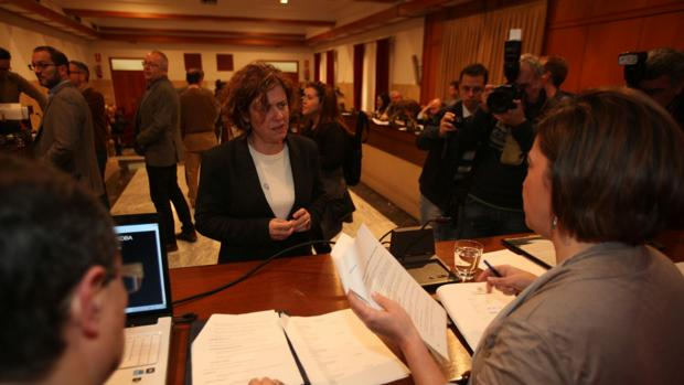La edil de Hacienda, Alba Doblas (IU), charla con la alcaldesa antes del inicio del Pleno