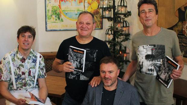 Los miembros de Danza Invisible y el autor del libro sobre el grupo posan con el volumen
