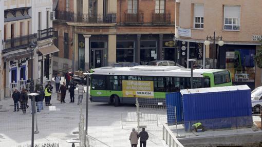 Un autobús gira en la calle Capitulares tras abrirse al tráfico sus esquinas el 3 de enero