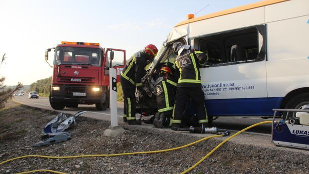 Momento en que los bomberos sacan al conductor herido