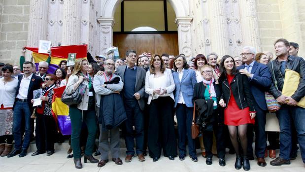 Susana Díaz, flanqueada por Diego Valderas y Rosa Aguilar tras la aprobación de la Ley