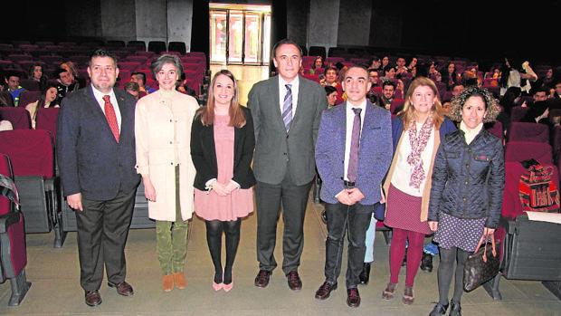 La delegada de Educación, en el centro de la imagen junto al rector