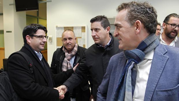 Pedro García saluda a Francisco de la Torre ante la mirada de Alberto Rosales