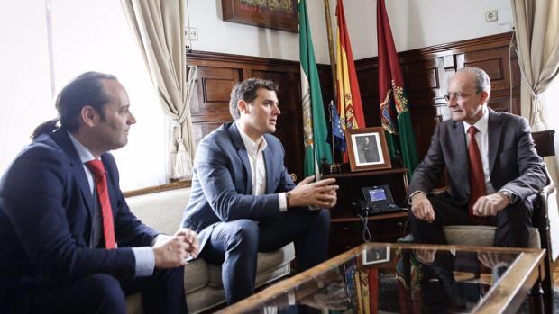 El líder nacional de Ciudadanos, junto al alcalde de Málaga, Francisco de la Torre,