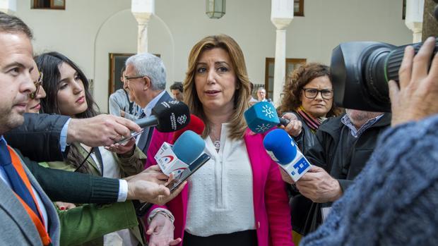 Susana Díaz atiende a los medios en el Parlamento andaluz