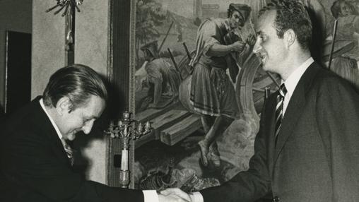 Don Juan Carlos saluda a Fernández Miranda
