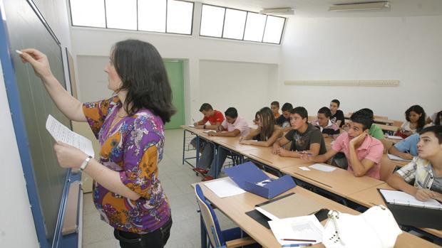 Una profesora imparte clase en el colegio Califato