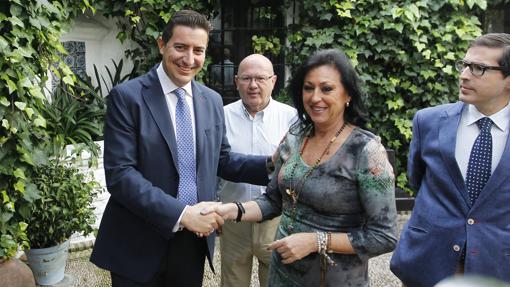 De la Torre recibe la felicitación por su elección de Jiménez, que al final se retiró