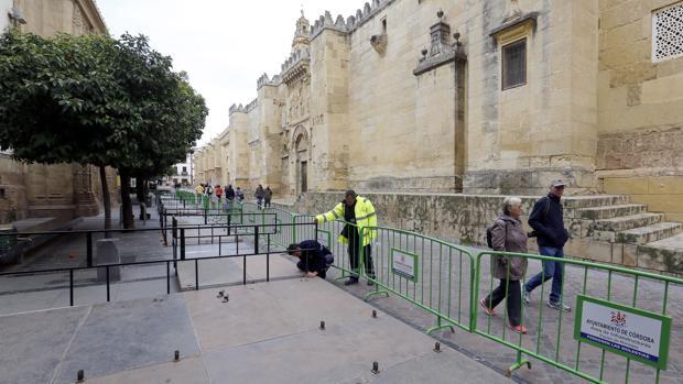 Montaje de palcos en la calle Torrijos