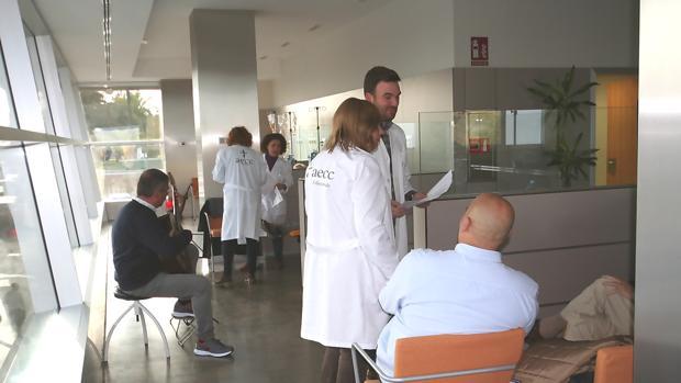El músico Marco Conzi, con su guitarra en el hospital