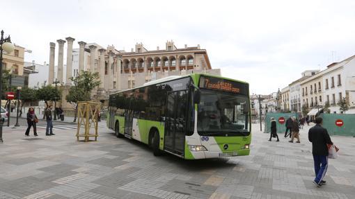 Un autobús baja por Claudio Marcelo junto a la renovada Capitulares
