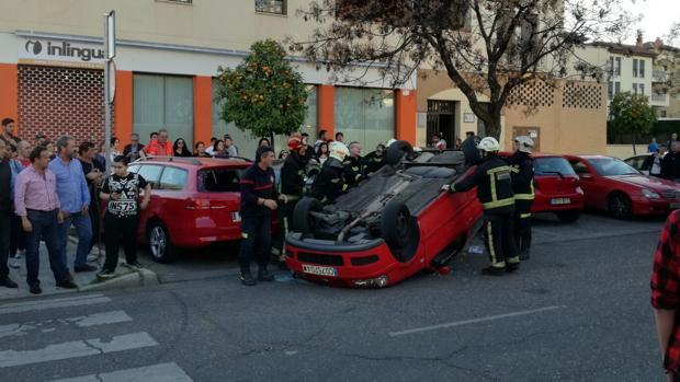 Los bomberos auxilian a la persona herida