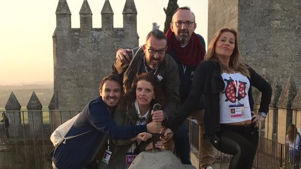 Algunos de los «influencers» que visitaron este sábado el castillo de Almodóvar del Río