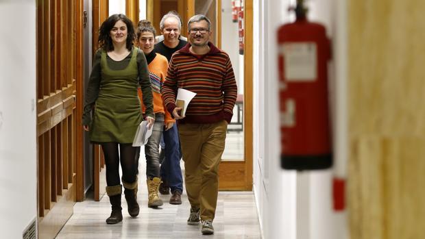 Alberto de los Ríos junto a sus compañeros de Ganemos por los pasillos de Capitulares