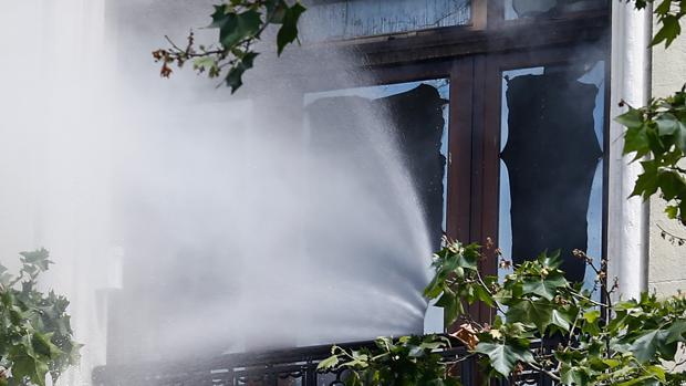 Ventana de una vivienda quemada