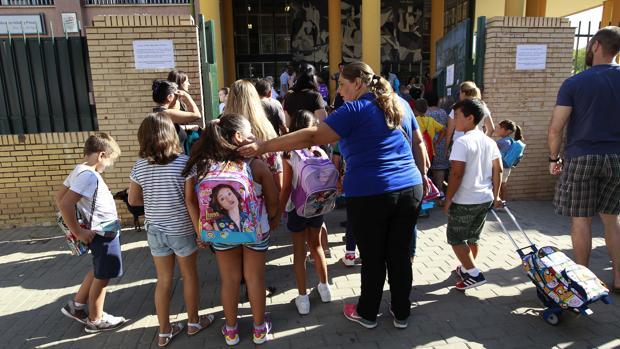 Alumnos a la entrada de un colegio público sevillano
