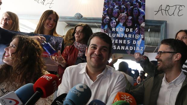 El secretario general de Juventudes Socialistas, Nico Torre, con un grupo de militantes de la red de voluntarios