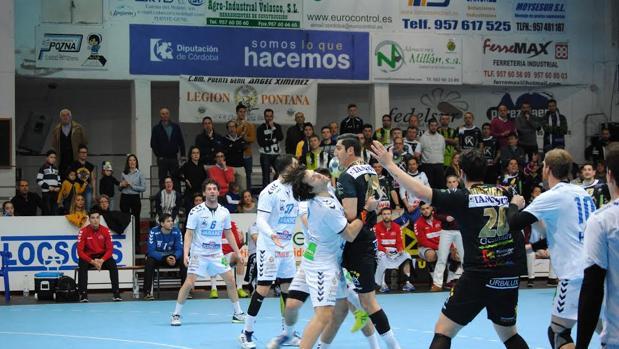 Rudovic intenta el tiro ante Ademar León