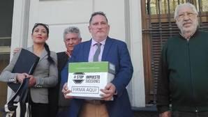 Piden amparo al Defensor del Pueblo y le entregan más de 30.000 firmas