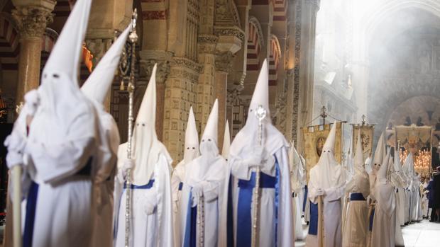 Nazarenos en el interior de la Catedral