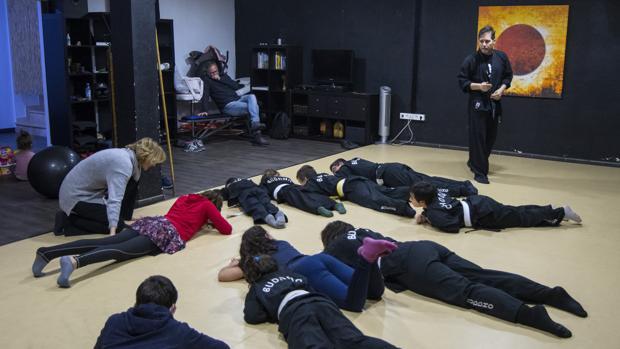 Víctimas de acoso escolar durante un taller de defensa personal