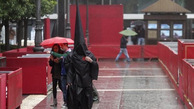 Un nazareno bajo la lluvia