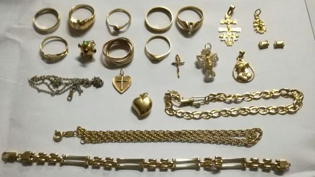 Piezas de oro recibidas por la hermandad